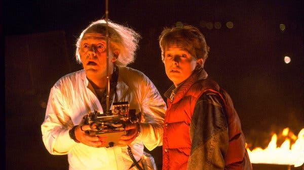 """Solda Christopher Lloyd ve """"Geleceğe Dönüş"""" te Michael J. Fox."""