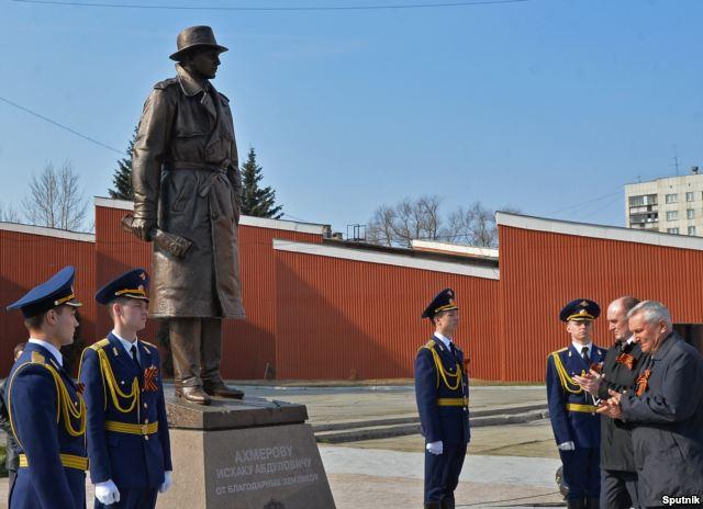 Губернатор Челябинской области Борис Дубровский (второй справа) открывает памятник советскому разведчику Исхаку Ахмерову перед Дворцом пионеров и молодежи, 16 апреля 2015 г.