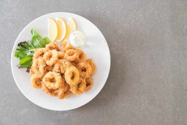 Calamari pane, una dintre cele mai populare rețete cu calamari