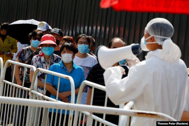 Очередь на сдачу анализов на антитела к новому коронавирусу в Пекине – после новой вспышки эпидемии в городе. 30 июня 2020 года