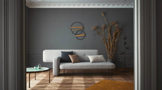A white couch in a room  Description automatically generated with medium confidence