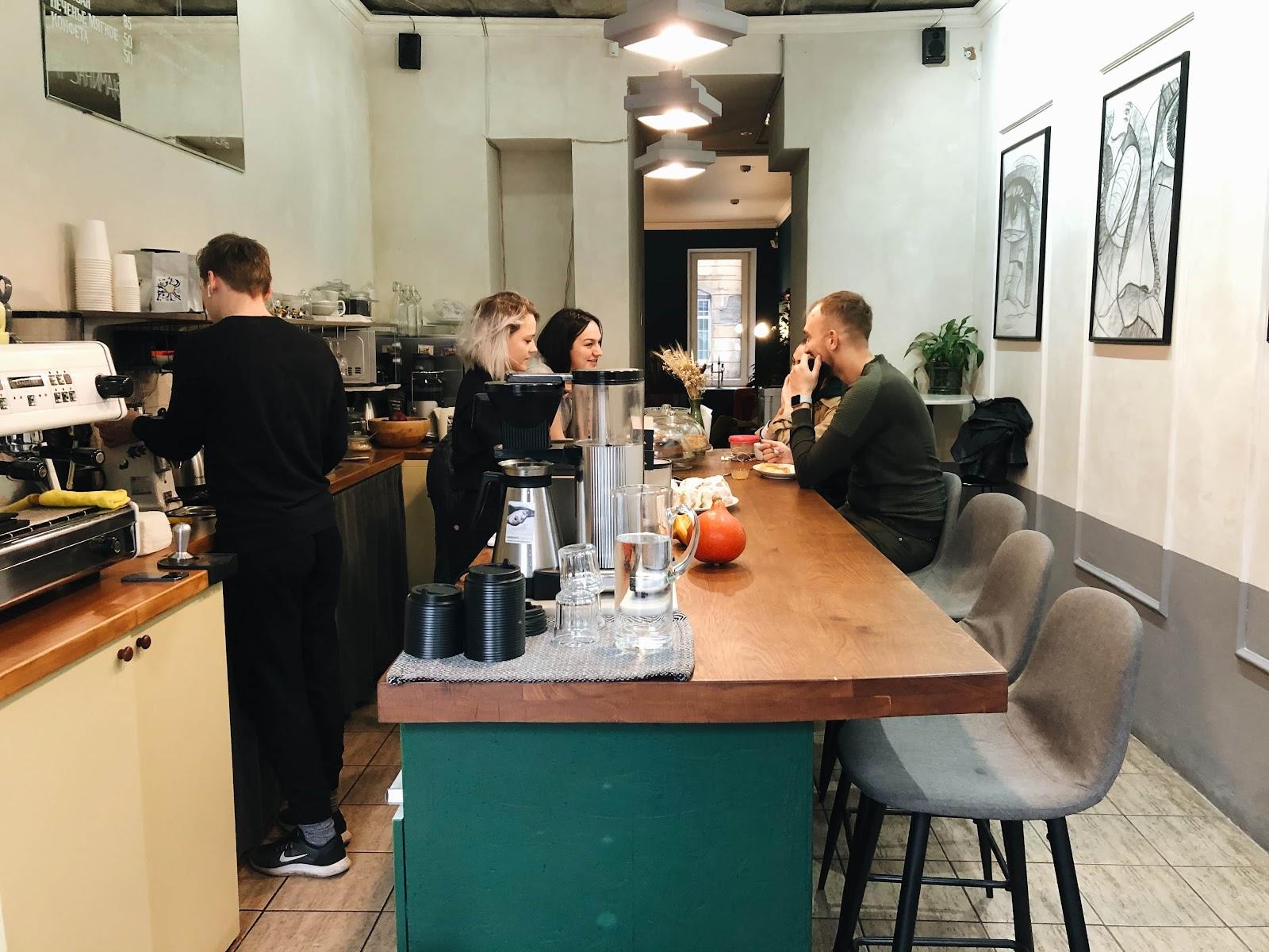 Барная стойка в кофейне