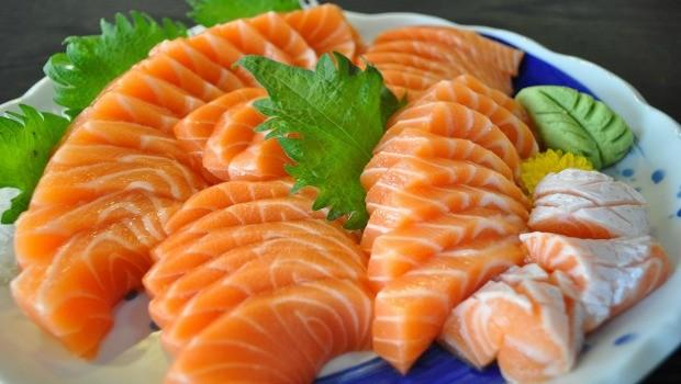 سمك السلمون للتخلص من دهون البطن