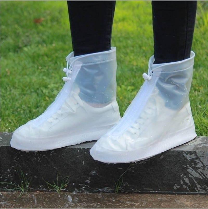 Bọc giày khi đi xe máy trời mưa để hạn chế vết bẩn