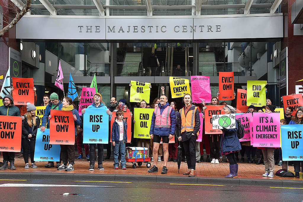 Handing in Eviction Notice to OMV in Wellington. © Greenpeace / Marty Melville