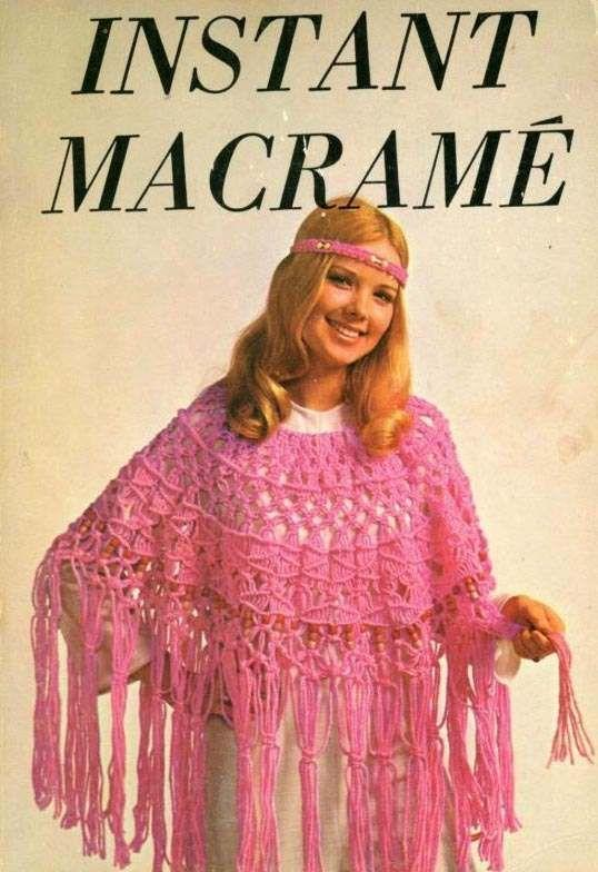Mulher utilizando chale de macramê rosa.
