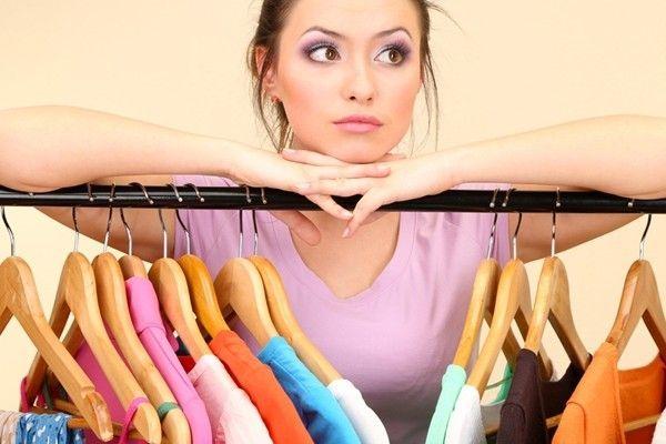 Девушка думает, как перевести итальянские размеры одежды на русские