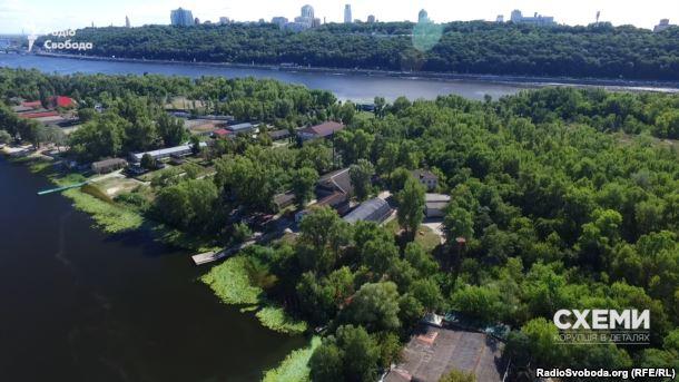 Береги Труханового острова у Києві щільно забудовані