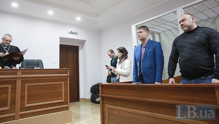 Суддя зачитує вирок Юрію Крісину (справа)
