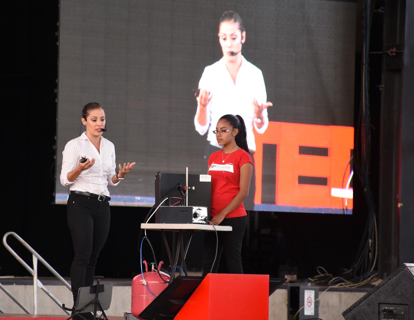 Laura Barillas fue la encargada de abrir el segundo bloque de exposiciones del Tedx Pura Vida Joven (Fotografía: Ruth Garita/OCM)