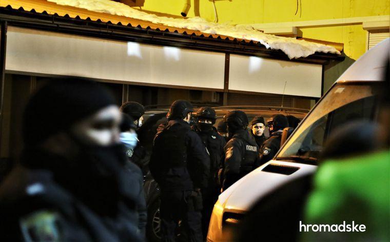 Правоохранители проверяют автобус и сотрудников охранной фирмы «Шторм» после стрельбы на стройплощадке в Киеве