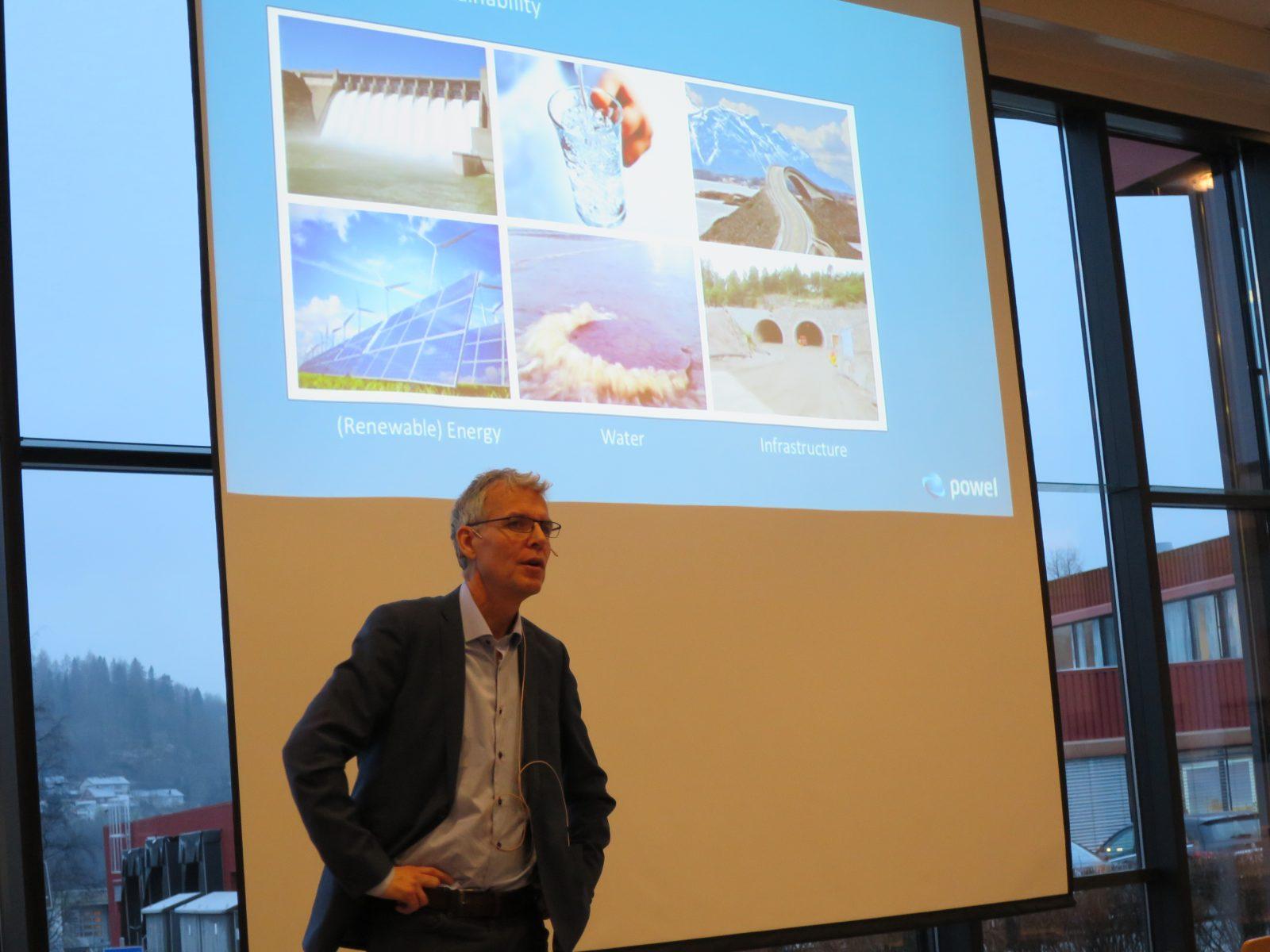 Bård Benum, CEO i Powel, holder en presentasjon