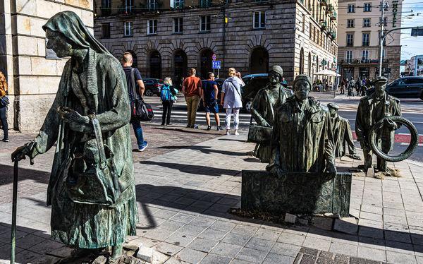 """6 - Grupa rzeźbiarska """"Anonimowi Piesi"""" na Świ..."""