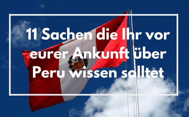 Peruflagge und im Hintergrund blauer Himmel mit einer Wolke am Rand