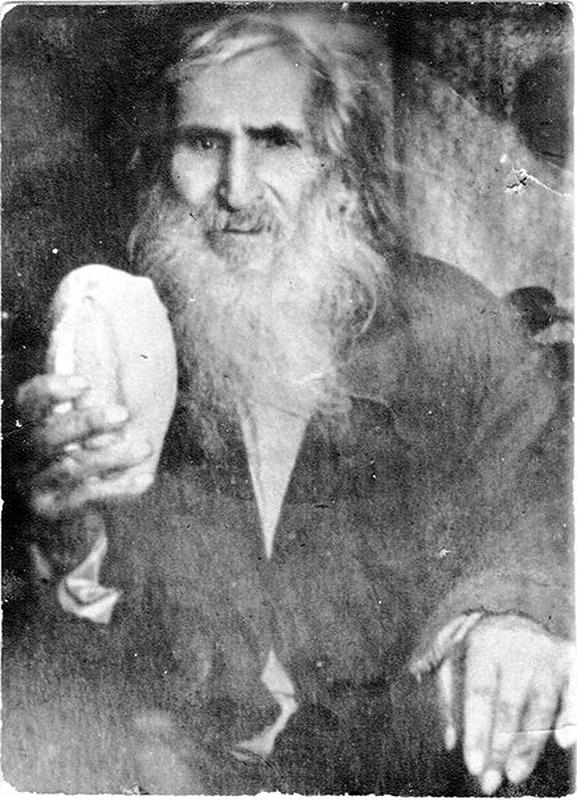 Диакона Филиппа и сейчас изображают протягивающим хлеб