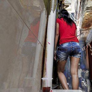 Pekerja seks komersial (PSK) di kawasan Kalijodo, Penjaringan, Jakarta Utara, Rabu (17/2). Pemerintah melalui Kementerian Sosial menawarkan solusi pemberdayaan dengan pelatihan keterampilan bagi para PSK terkait rencana penataan Kalijodo dan relokasi warganya.