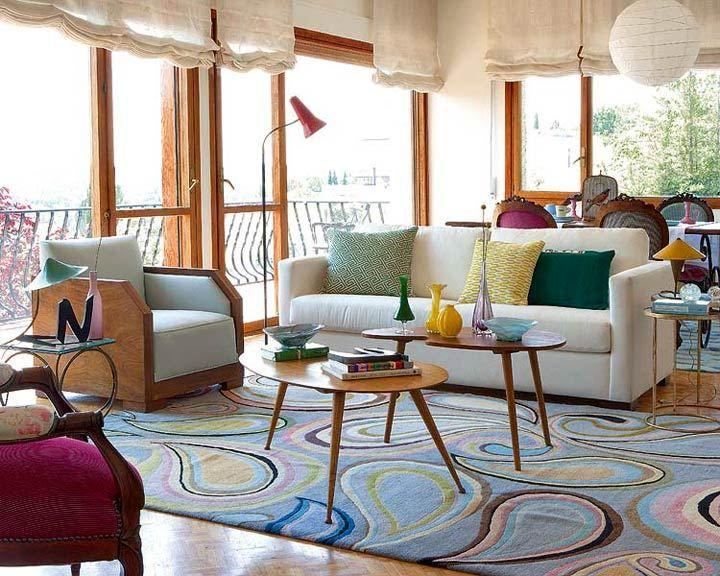 Bộ bàn ghế hình khối và tận dụng ánh sáng tự nhiên giúp không gian phòng khách retro nổi bật hơn