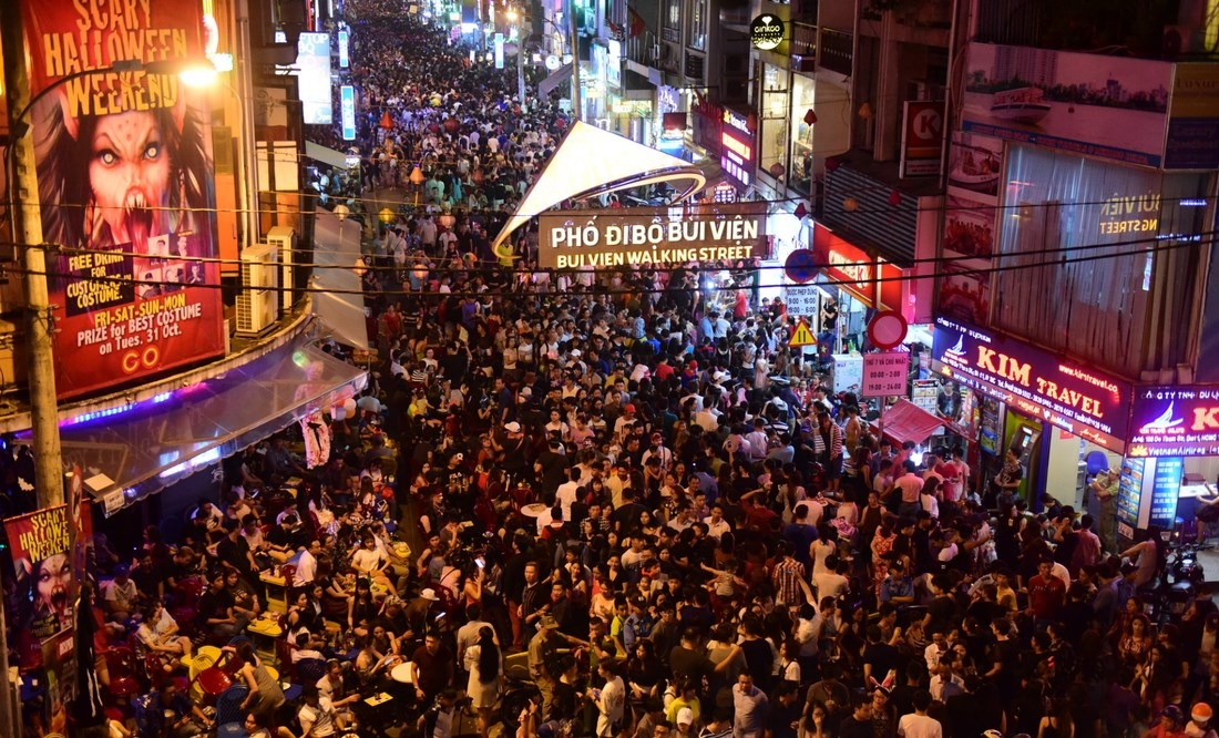 Bui Vien Street with crowded people