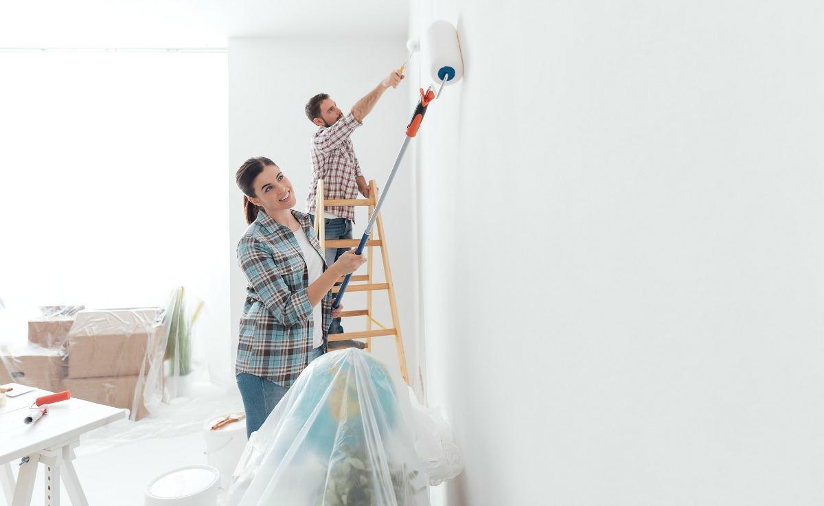 Tự mình sơn tường, lát sàn, dọn dẹp,... là cách để tiết kiệm chi phí xây nhà