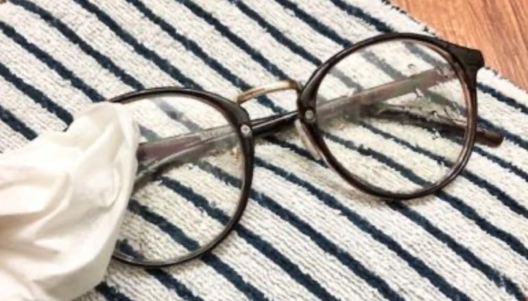 ③目の細かい布またはティッシュでメガネの水分を拭き取る