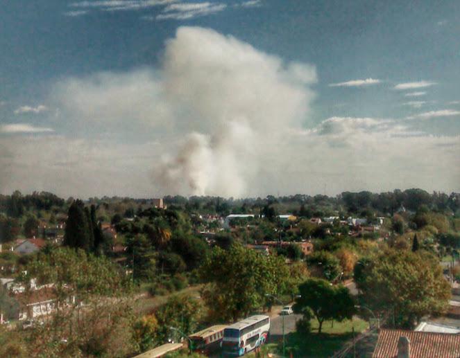 Varios incendios de pasto y casas y uno que se divisó desde varios kilómetros