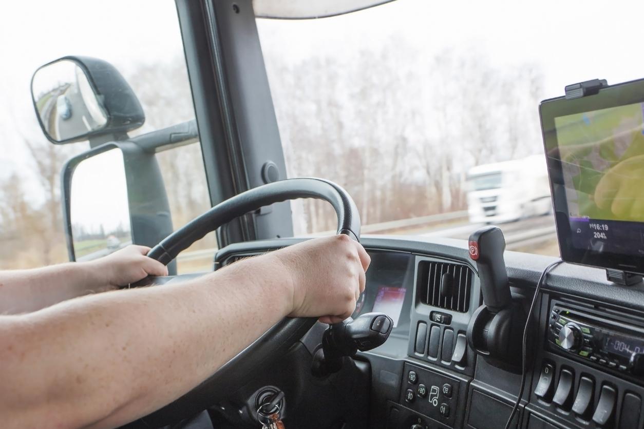 Homem dentro de caminhão dirigindo