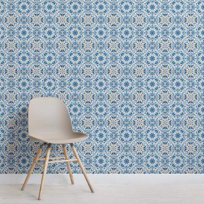 Parede com azulejos de zellige azuis, piso branco e cadeira cinza claro