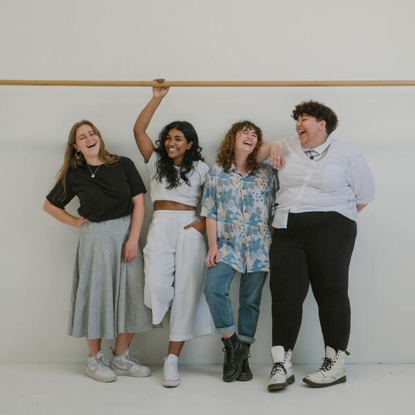 quatro amigas juntas e rindo