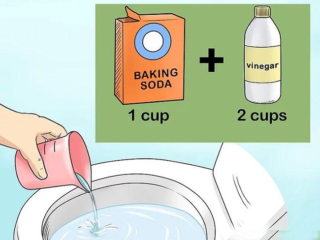 Việc sử dụng hỗn hợp baking soda, giấm và nước nóng sẽ giúp giấy vệ sinh mềm ra