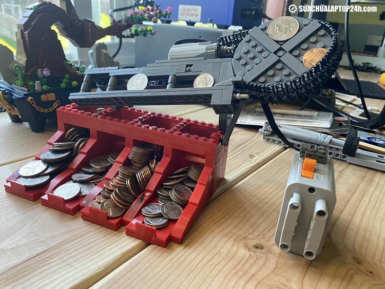 Máy phân loại tiền xu bằng LEGO do Phú lắp ráp
