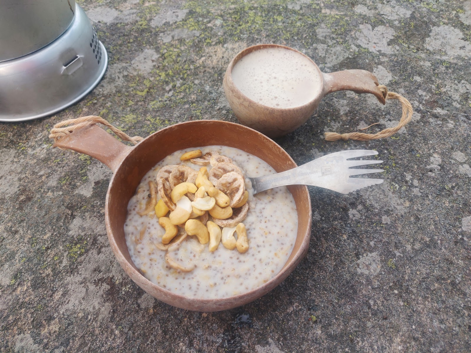 Valmis puuro tarjoillaan kahvin kera retkilautasesta.