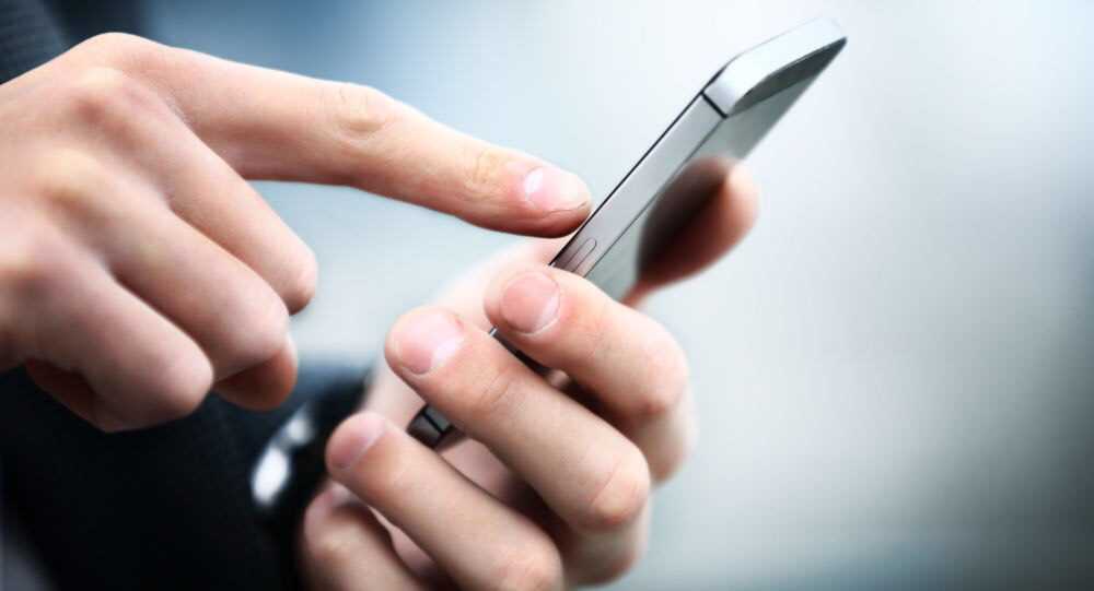 Anh ấy luôn mang điện thoại bên người, hay tránh mặt bạn để nhắn tin và nghe điện thoại