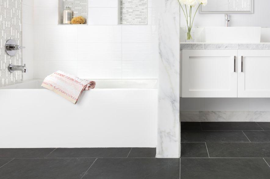 phòng tắm gạch hình chữ nhật màu đen.