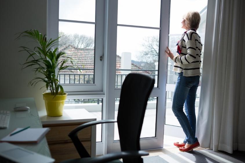 pencere, iç mekan, kişi, yer içeren bir resimAçıklama otomatik olarak oluşturuldu