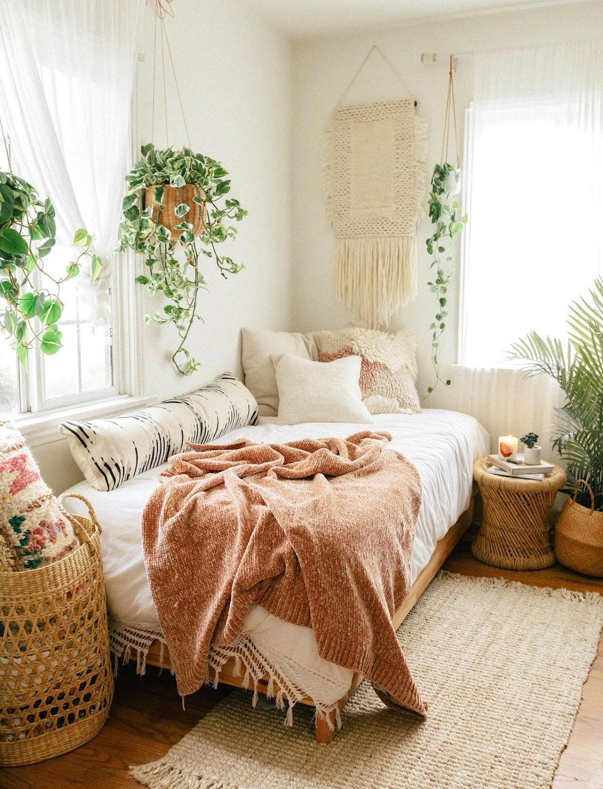 O imagine care conține interior, fereastră, pat, dormitor  Descriere generată automat