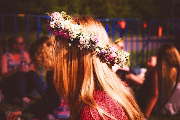 foto de uma mulher loira de lado com uma coroa de flores