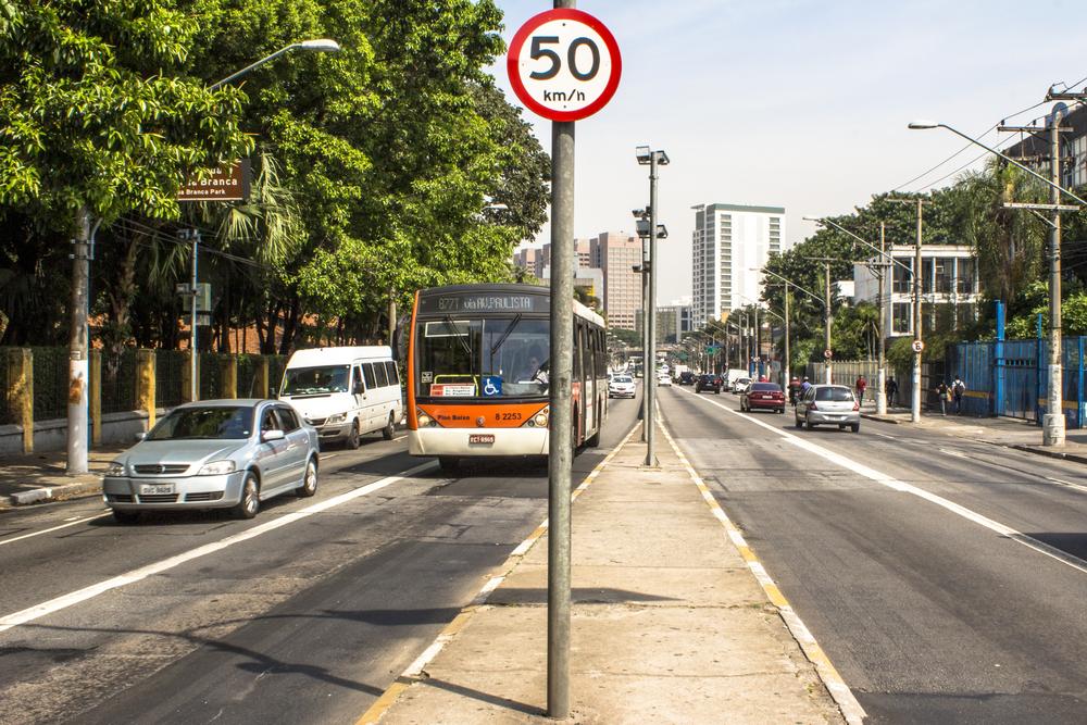 Redução de velocidade em São Paulo foi responsável por uma diminuição significativa no número de mortes no trânsito. (Fonte: Alf Ribeiro/Shutterstock)