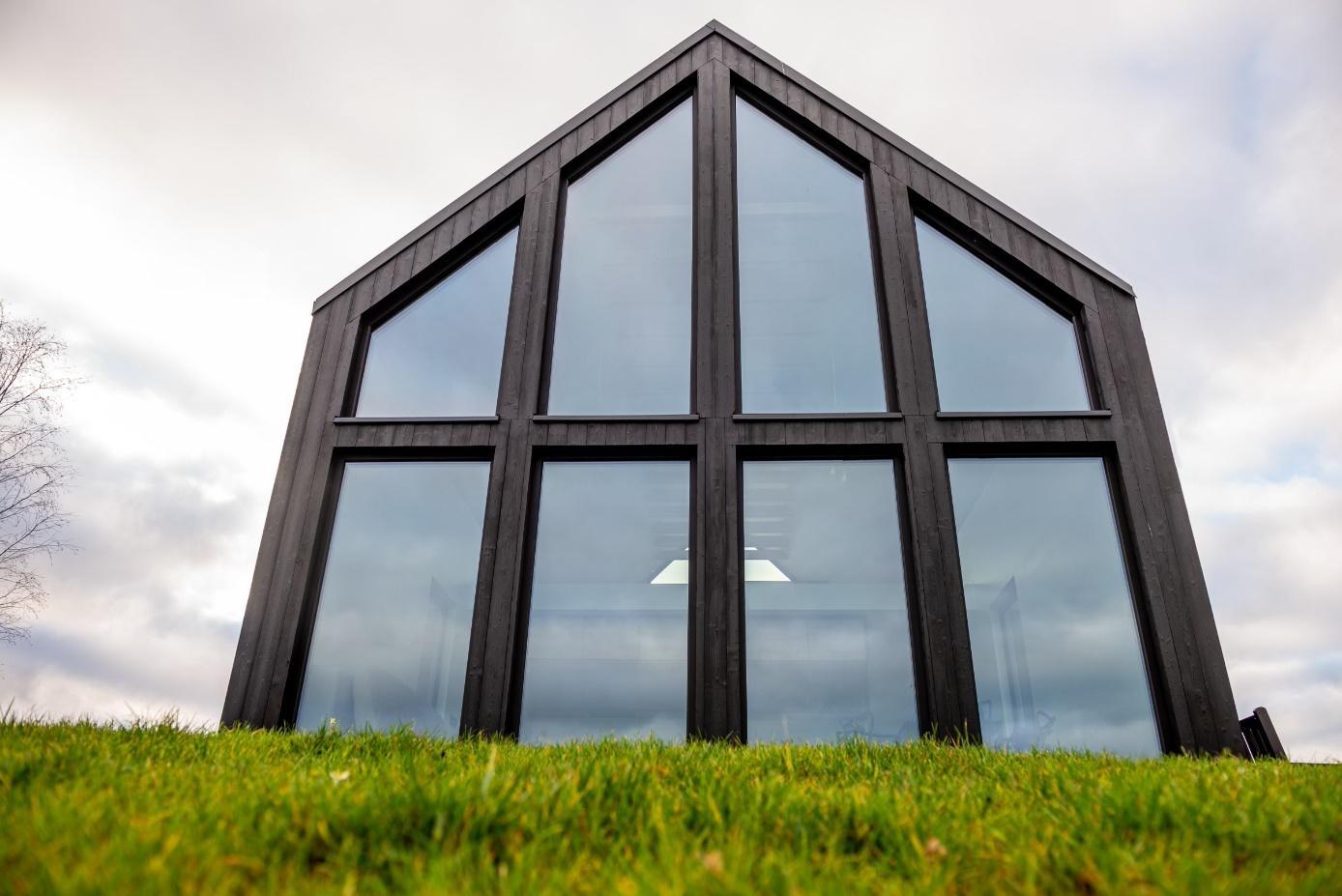 Obraz zawierający niebo, trawa, zewnętrzne, budynek  Opis wygenerowany automatycznie