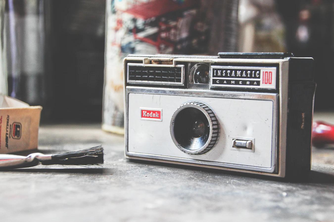 Uma câmera de impressão instantânea.