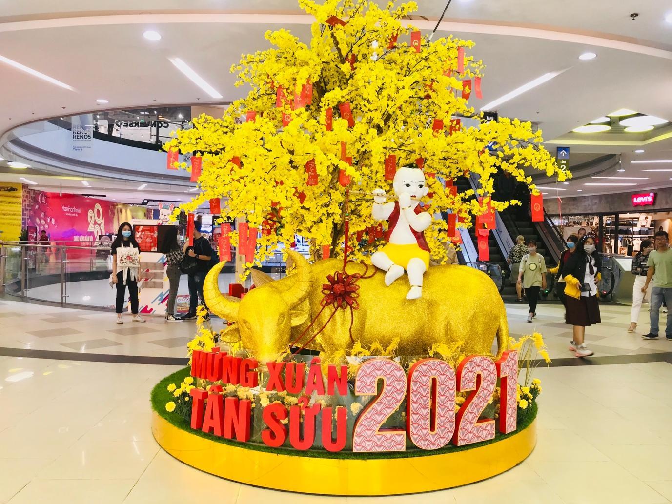 Thị trường quà Tết 2021: Giỏ quà chiếm ưu thế, độc lạ mẫu trâu vàng - Ảnh 1