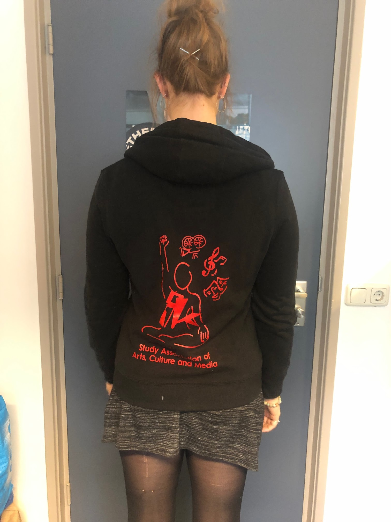 Price: 3 euros                   Available sizes: S     (zipper hoodie)