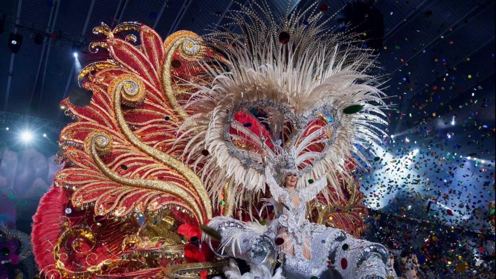 char qui défile au carnaval de Tenerife