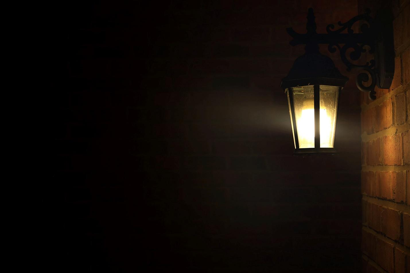 Lighting on the fornt of a house