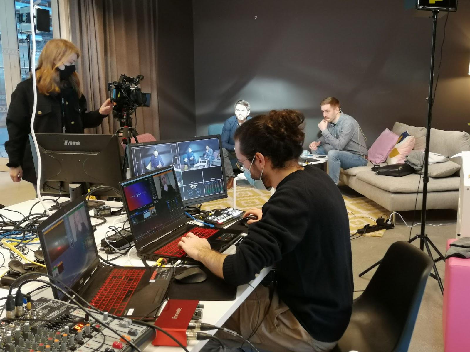 photo des techniciens lors de la diffusion d'un webinaire