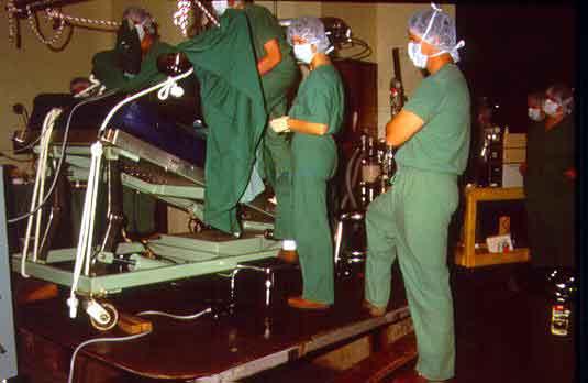 Cirugía laparoscópica en un equino inclinado con la cabeza abajo. Western College of Veterinary Medicine, Saskatoon, Canada.