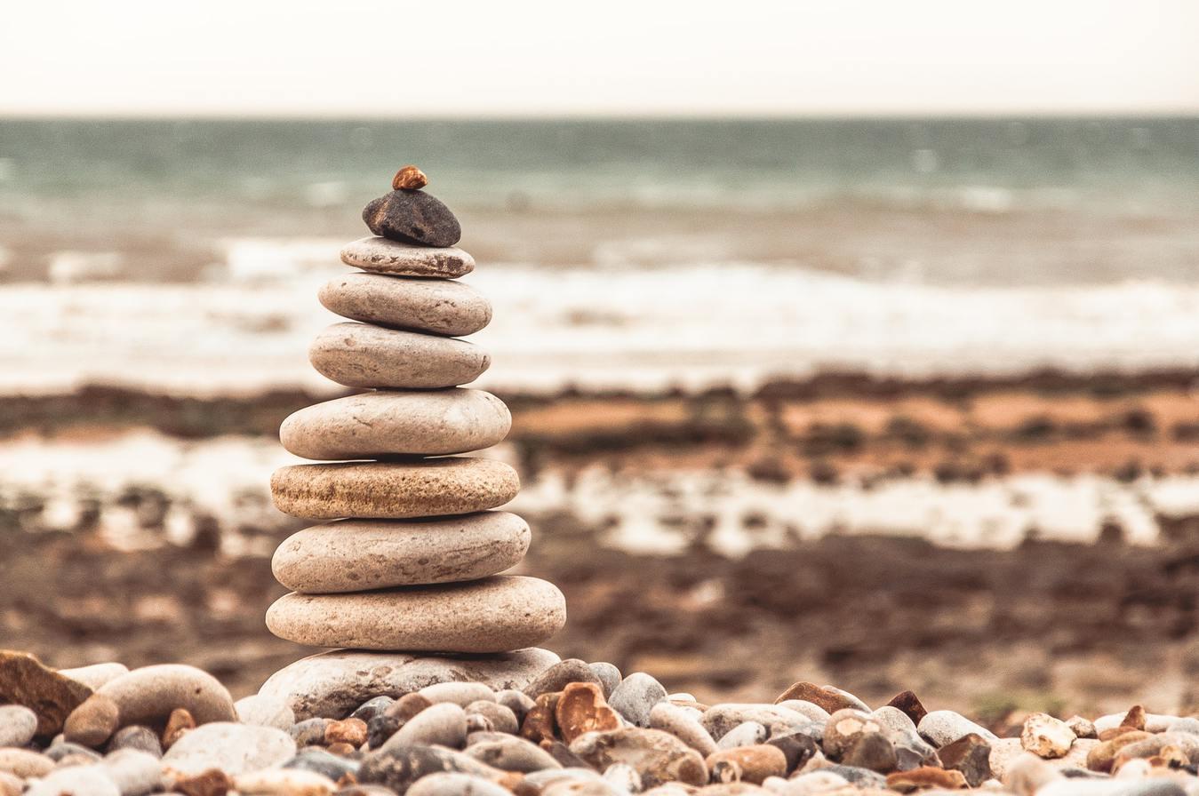 Een stapel stenen op elkaar geplaatst op een strand