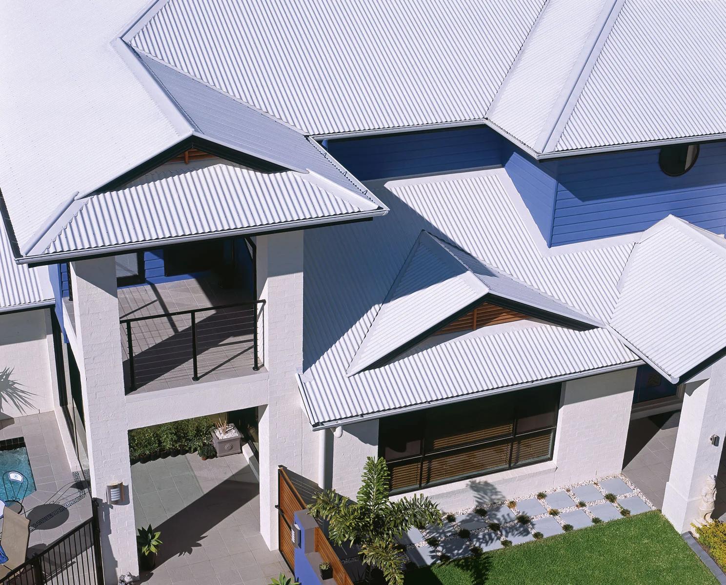Sự hài hòa giữa màu tôn lợp mái và kiến trúc giúp tạo nên vẻ đẹp cho công trình