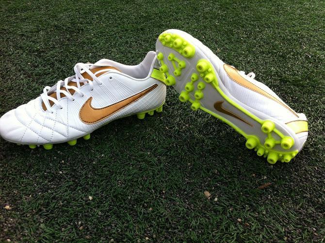 giày bóng đá phù hợp với từng loại sân.