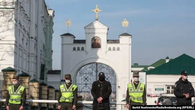Патрулювання біля Києво-Печерської лаври, яку на правах оренди використовує УПЦ (МП), й котру закрили на карантин через спалах на її території коронавірусу. Київ, 13 квітня 2020 року
