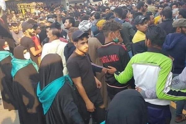 نساء الناصرية يشكلن حاجزًا بين المتظاهرين والقوات الأمنية